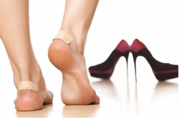 Dán băng cá nhân vào gót chân-cách xử lý giày thể thao bị rộng