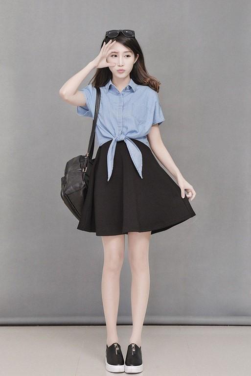 Chân váy đen xòe mặc với áo sơ mi thắt vạt