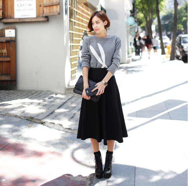 Chân váy xòe đen với ái len
