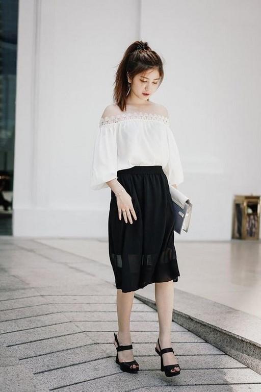 Chân váy đen xòe, áo trễ vai