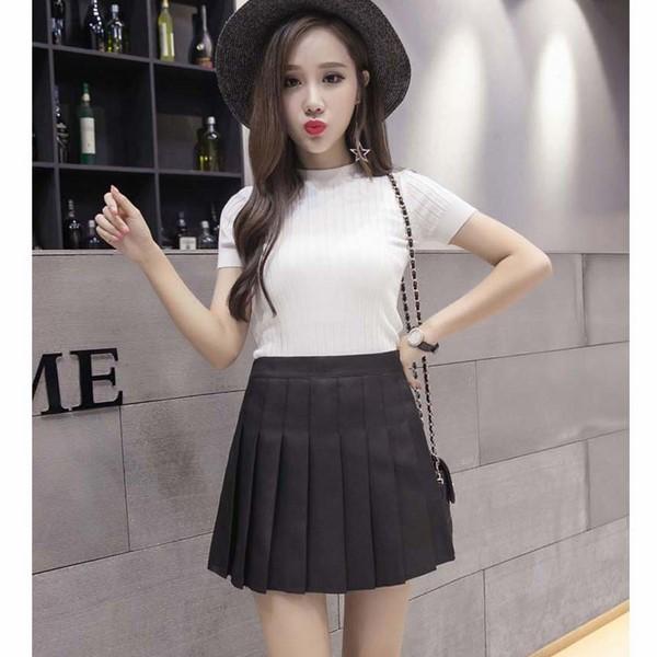 Chân váy đen phối với áo phông