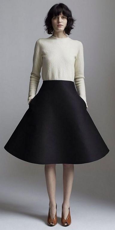 Chân váy xòe đen và áo thu đông