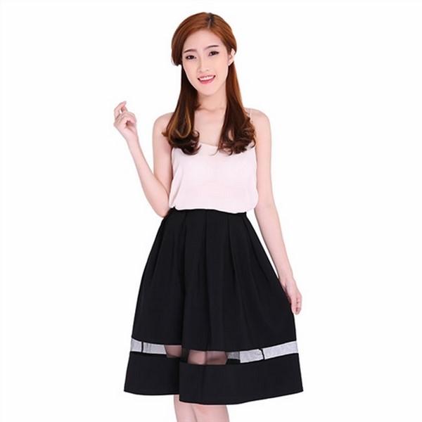 Chân váy đen xòa và áo hai dây