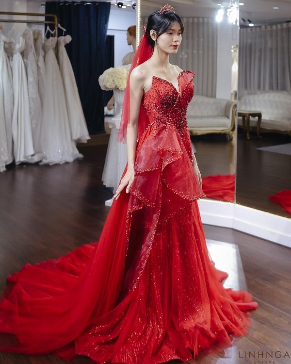 Da nâu mặc áo váy màu đỏ ruby