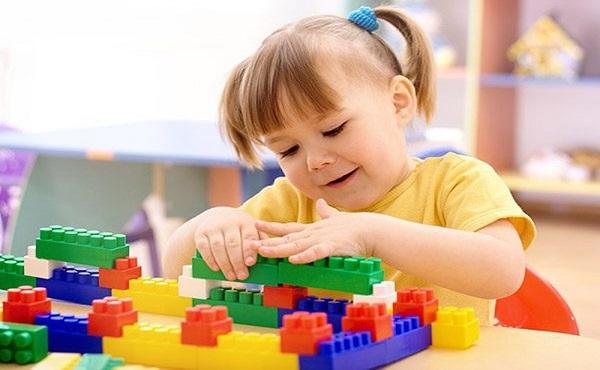 Đồ chơi xếp hình với những hình khối