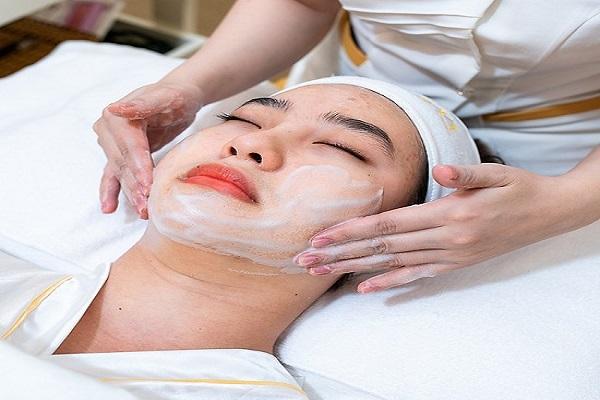 Làm sạch da trước khi điều trị mụn tại Spa Beryl Beauty